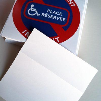 Autocollants stationnement interdit. Place réservée handicapés.